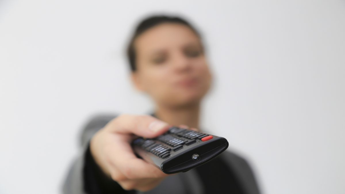 generic_woman_with_remote-470-75.jpg