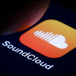 BERLIN, GERMANY - JANUARY 16: In this photo illustration the logo of the music streaming service SoundCloud is displayed on a smartphone on January 16, 2019 in Berlin, Germany. (Photo by Thomas Trutschel/Photothek via Getty Images)